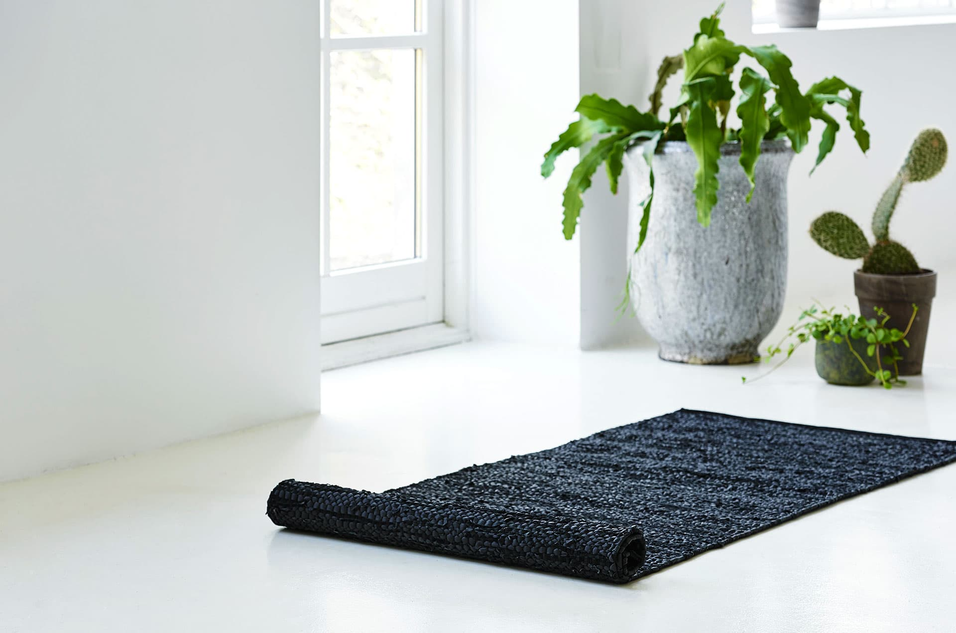 Tapis noir 100% cuir recyclé by Rugsolid-PARIDEO design contemporain durable