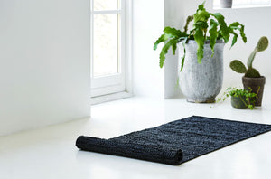 Tapis noir 100% cuir recyclé by Rugsolid-amb1-PARIDEO design contemporain durable