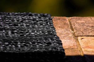 Tapis noir 100% cuir recyclé by Rugsolid-detail-PARIDEO design contemporain durable