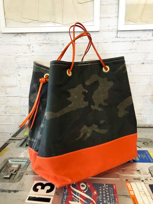 harry feed tote | camo/orange