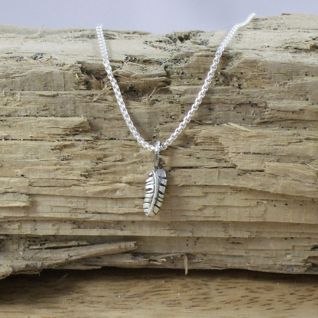 Pequeño Feather Pendant with Chain