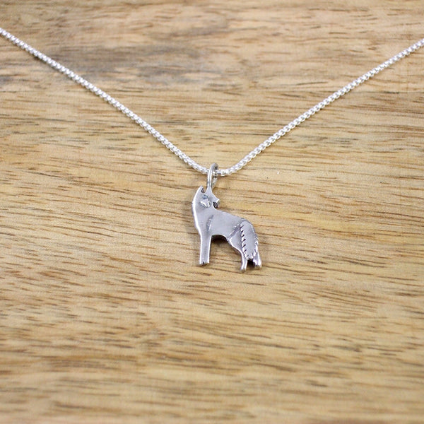 Pequeño Sterling Silver Howling Wolf Pendant with Chain