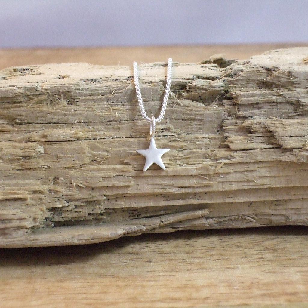 Pequeño Star Pendant with Chain
