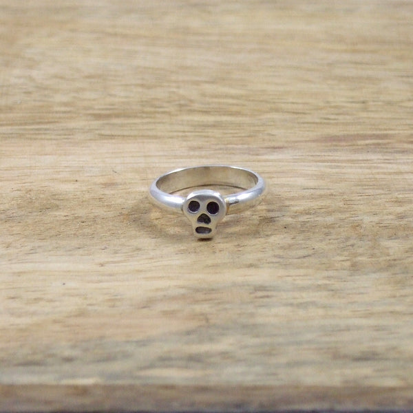 Pequeño Skull Pinky Ring in Sterling Silver