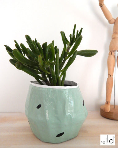 Cache pot vert pastel, blanc et motif noir - fait main, léger et écologique // Hand made small plant holder - pale green painted and black