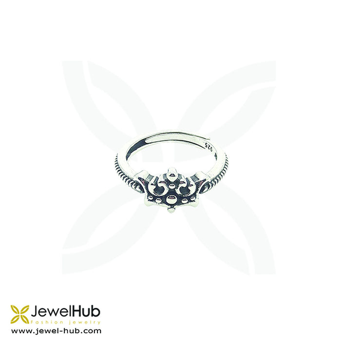 A delicately wrought crown ring with Boho style.