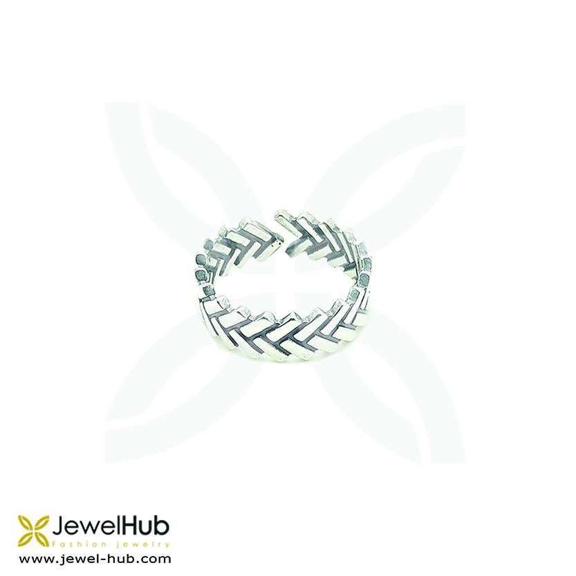 A sterling silver 925 round ring with delicately engraved arrow signs as gifts.