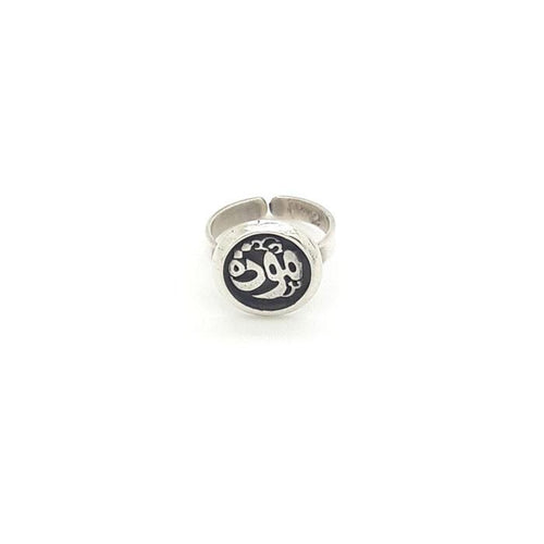 The sterling silver ring with delicately wrought patterns as perfect gift.