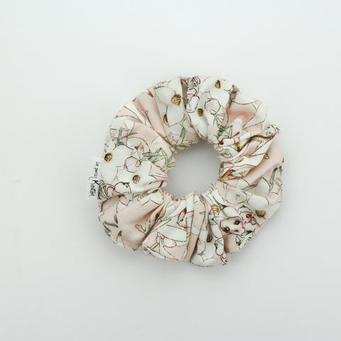 Autumn20 Scrunchie - May Gibbs - Soft Pink