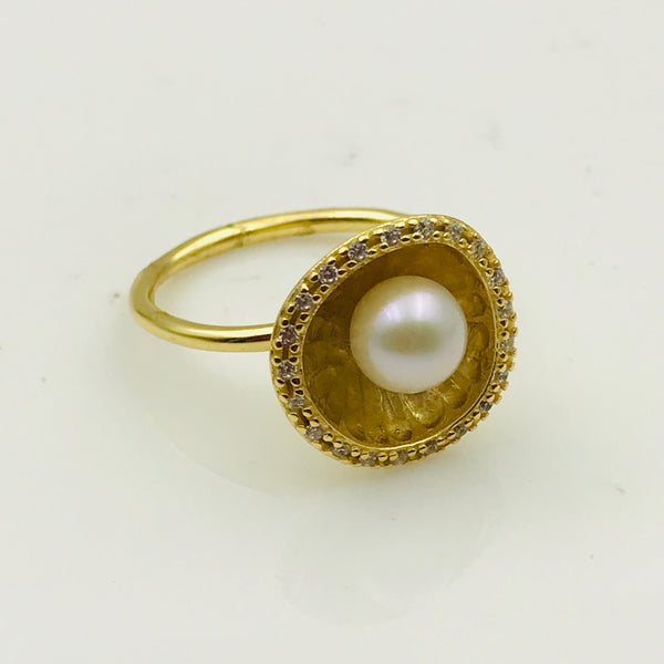 White Round Pearl and Topaz Gold Ring - Size 7.5