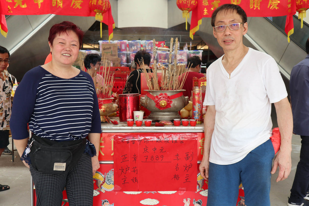 This year's lucky 炉主(Altar Owner) and 副炉主(Deputy Altar Owner) in front of the lucky number '7889'. HUAT Ah!