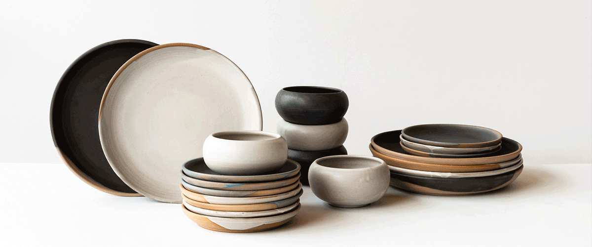 Browse a collection of the beautiful tableware that bears the signature Catherine Auriol of l'Atelier Gaïa: an artisanal ceramic, both rustic and elegant, and superbly passepartout.