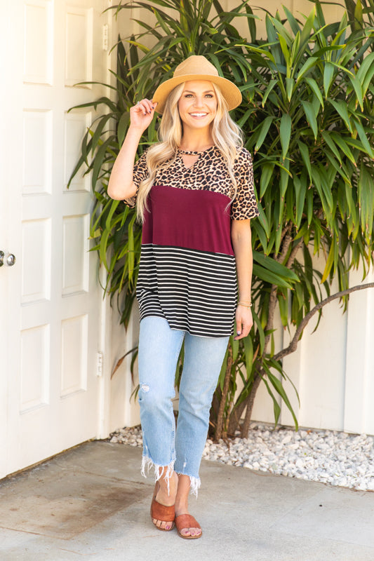 T10027-ANBRNBURG short sleeve animal and stripes keyhole top