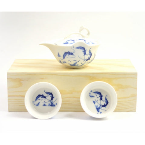 BLUE AND WHITE CHINA GAIWAN - CHINESE CALLIGRAPHY AND JOYFUL FISH