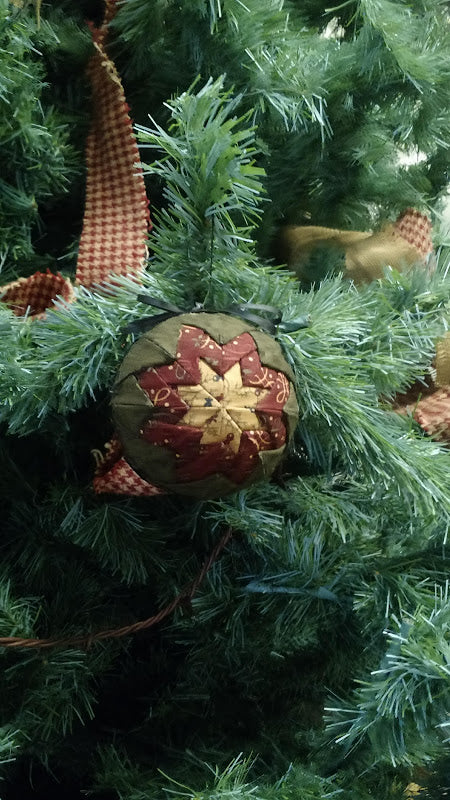 Log Cabin Christmas Tree Quilt.Pointed Ball Ornament