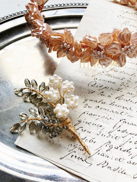 Wheat and hydrangea floral brooch in gold and black