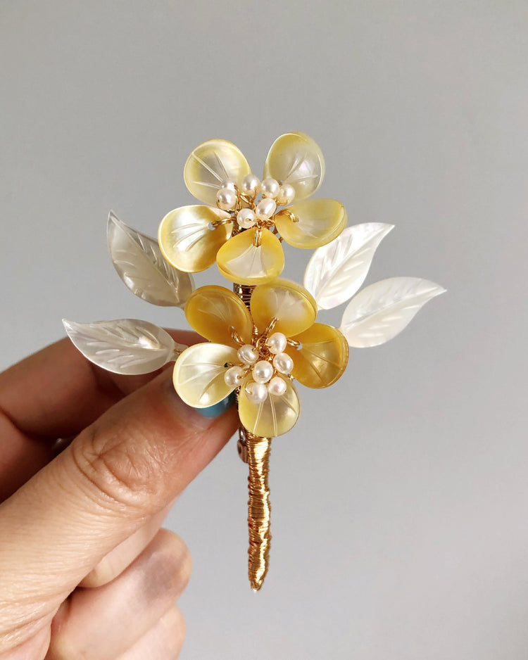 A mother's embrace shell and freshwater pearl brooch (yellow and white)
