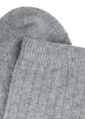 Super soft and exclusive socks in cashmere blend made from only recycled materials and with ribbed knit pattern.