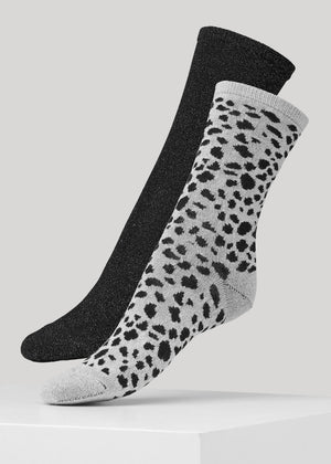 This 2-pack pairs the the soft plain Mei sock in black with the Mei sock in two-colored Leopard pattern. The socks are made in super soft Lenzing Viscose® yarn made with a 180 needles fine gauge.
