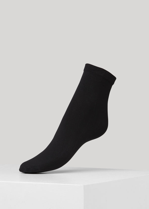The Line Pop socks in Black are opaque 50 denier and we have used a modern production technique called 3D weaving, which ensures increased durability and a good fit.