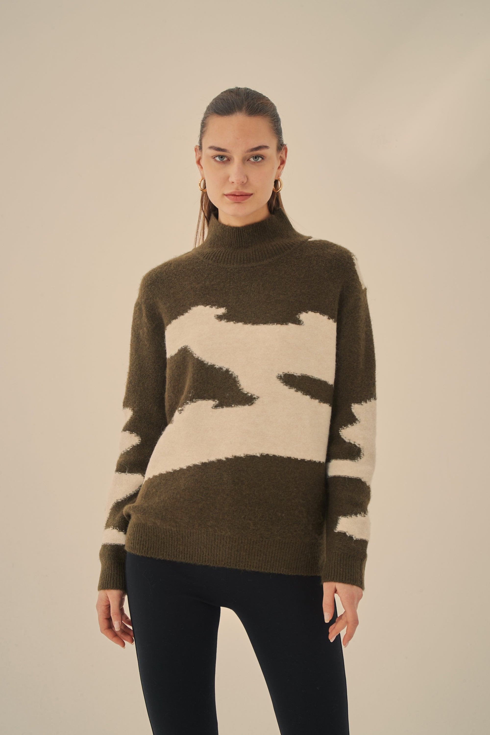 CONTRAST HIGH NECK PULLOVER