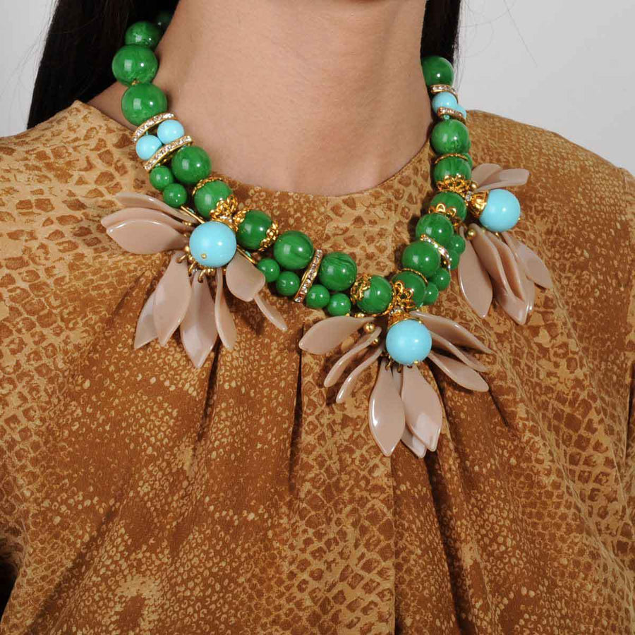 SHORT NECKLACE WITH GREEN AND TURQUOISE BEADS