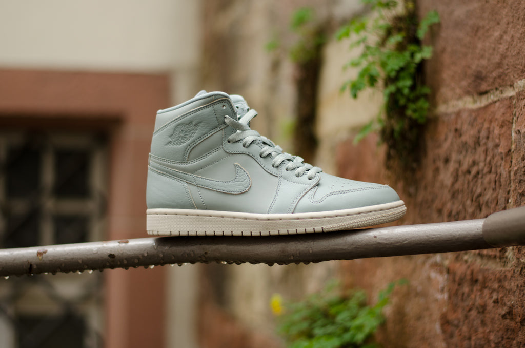 Air Jordan 1 Retro High Premium Mica Green / Desert Sand AA3993-333