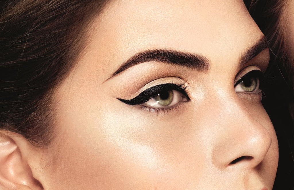 black liquid eyeliner wingertip
