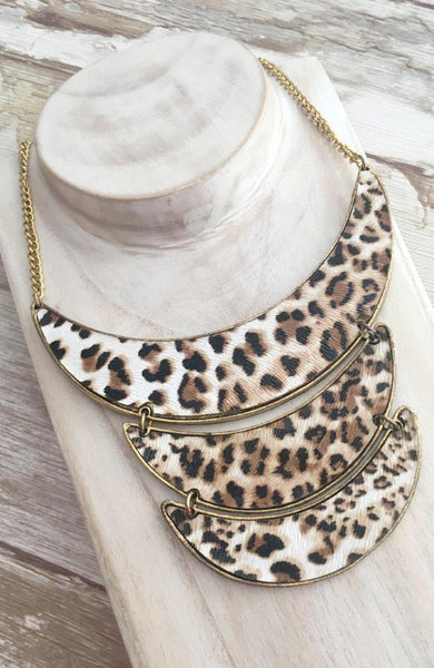 Collar dorado cascada animal print