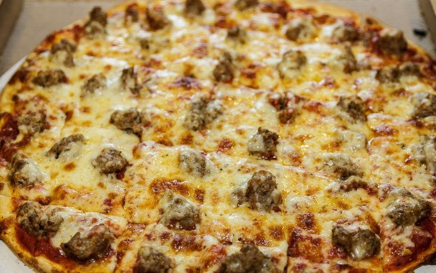 Italian sausage, bacon-crusted pizza - Cassava
