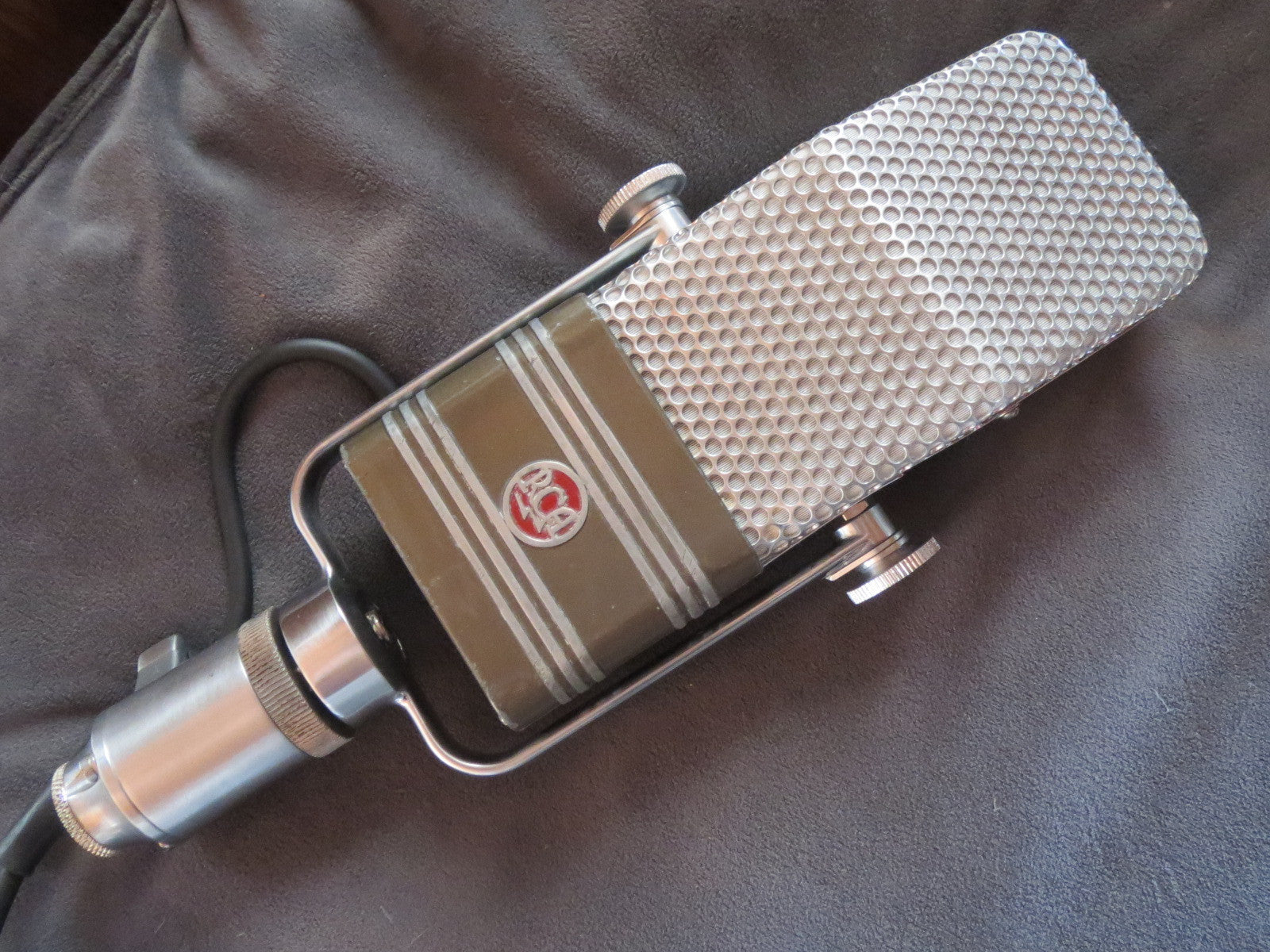 RCA 44BX RARE VINTAGE VELOCITY RIBBON MICROPHONE WITH YOKE & ATTACHED XLR CABLE