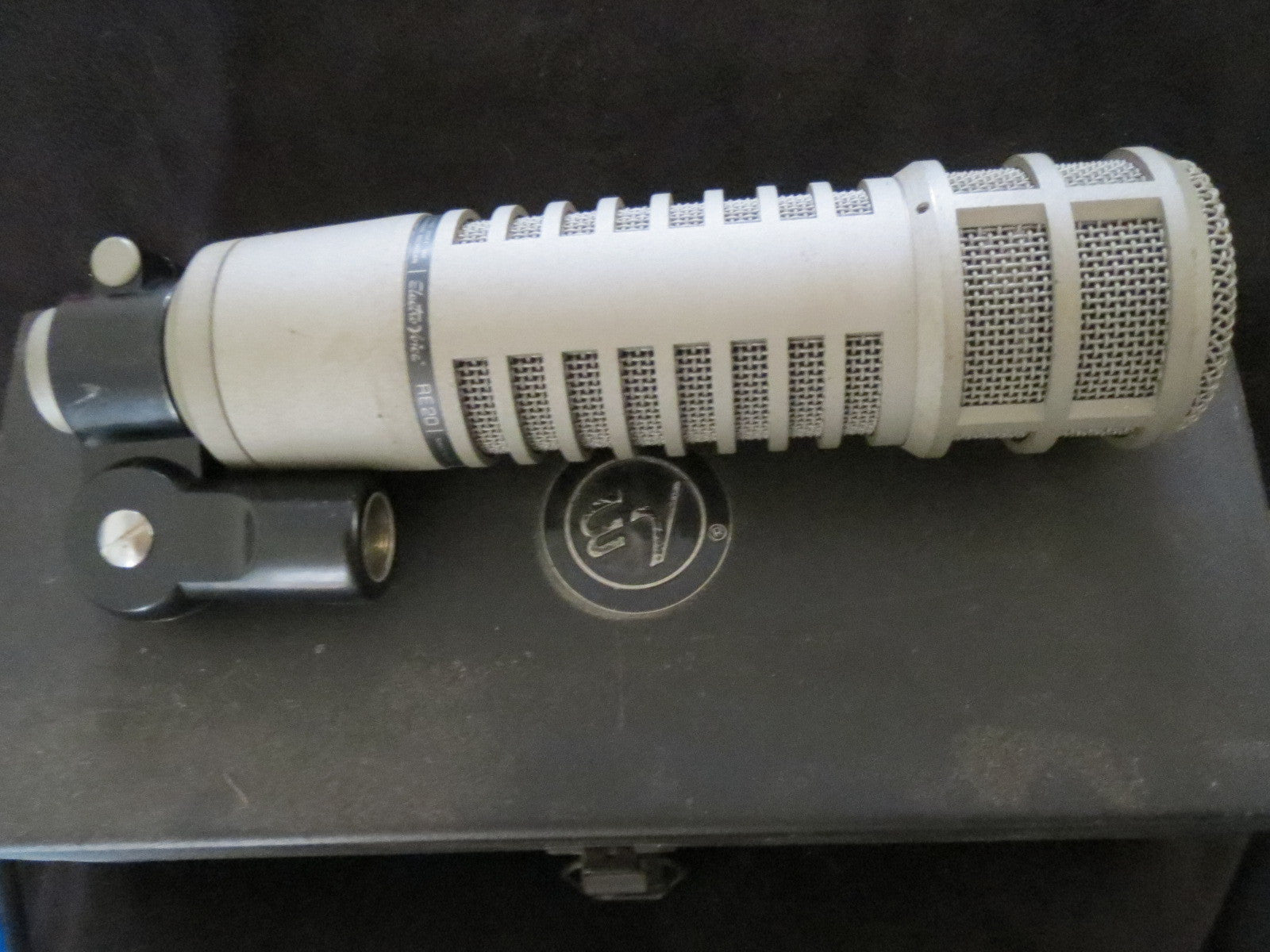 EV ELECTROVOICE VINTAGE RE20 BROADCAST ANNOUNCER MICROPHONE W/CASE, CLIP