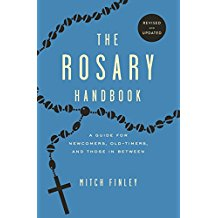 The Rosary Handbook: A Guide for Newcomers, Old-Timers and Those in Between Mitch Finley (Paperback)