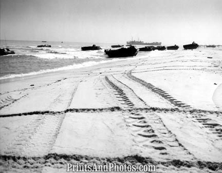 US Marines WWII on Beach  4080