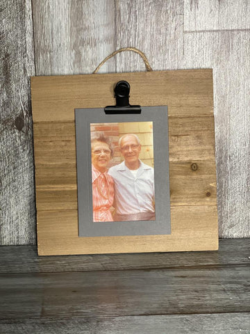 Wood Pallet with clip on top to display photos