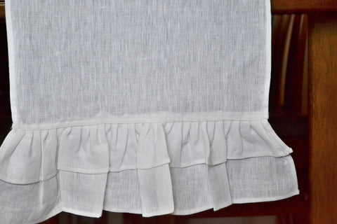 Table runners in linen with frills and ruffles.