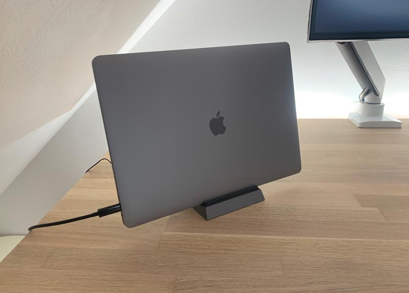 customer Cooling Dock Pro (D2 Pro) workstation with 16-inch MacBook Pro
