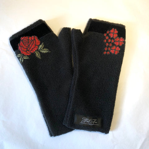 FLEECE GLOVES Black with roses