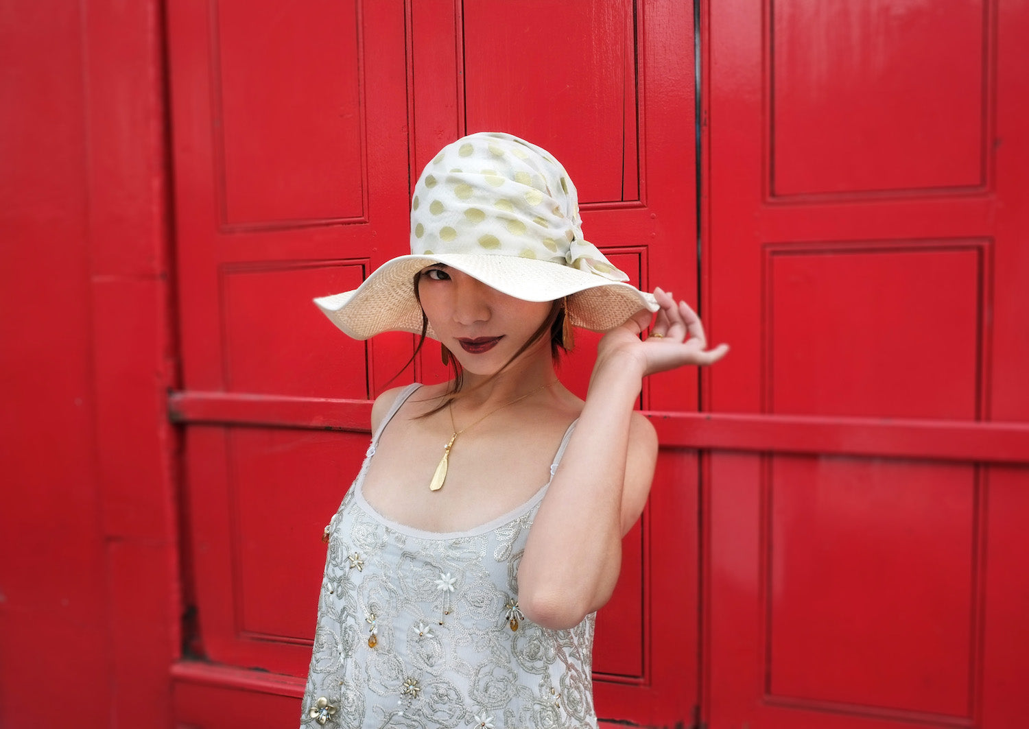Lizzie-McQuade-luxury-hats-Marie-Antoinettes-chic-french-countryside-look-golden-wave-brimmed-sunhat-1p87