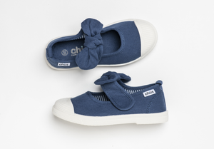 Canvas sneakers with single velcro strap and removable bow tie in navy blue. Adorable monogrammed. Chus Shoes. Top view.