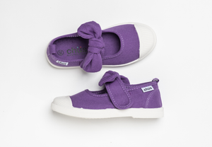 Canvas sneakers with single velcro strap and removable bow tie in purple. Adorable monogrammed. Chus Shoes. Top view.