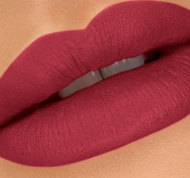 CAKE POP LIPPIE - CHERRY BOMB ON MODEL