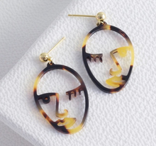 Load image into Gallery viewer, Tortoiseshell winky face earrings