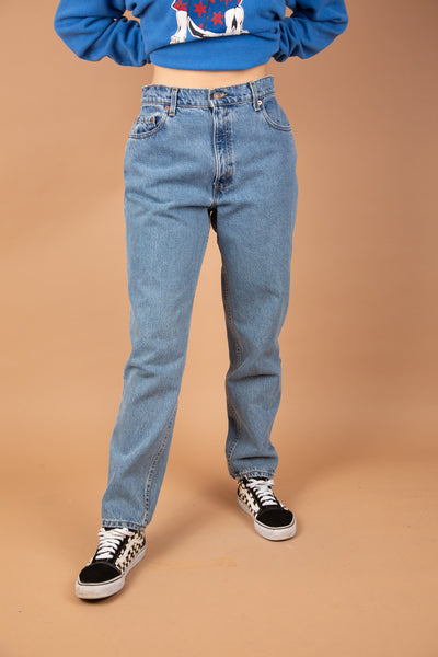 model wearing Levis 550 jeans, magichollow