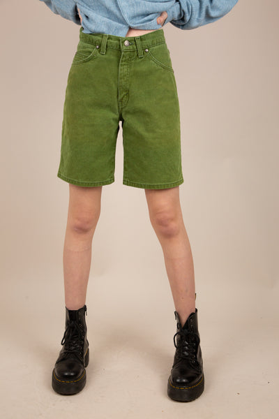 Model wearing Levi's Shorts, Magichollow