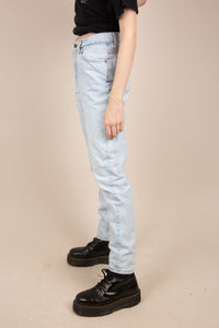 Model wearing light wash Levi's, magichollow