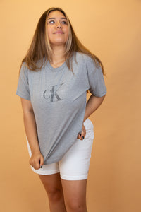 This Calvin Klein single-stitch tee is a soft grey colour with a printed 'CK' graphic and spell out on the chest. This classic design is highly sought after and is an essential for any wardrobe!