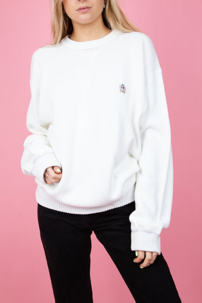 female model wearing white oversized tommy hilfiger sweater