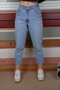 model wearing chic jeans, magichollow
