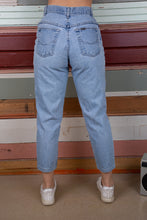 Load image into Gallery viewer, model wearing chic jeans, magichollow
